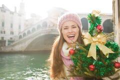 有圣诞树的妇女在Rialto桥梁附近在威尼斯,意大利 免版税库存照片
