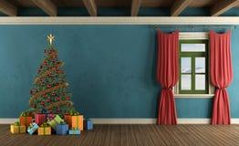 有圣诞树的山房子 库存照片