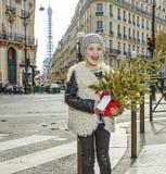 有圣诞树的微笑的现代孩子在巴黎,法国 库存照片