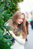 有圣诞树的快乐的女孩 免版税库存图片