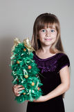 有圣诞树的白种人六岁的女孩 免版税库存图片