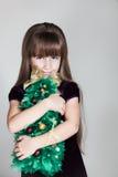 有圣诞树的白种人六岁的女孩 库存照片