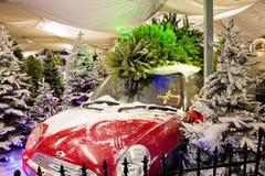 有圣诞树的红色汽车 库存照片