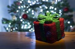 有圣诞树的美丽的被点燃的礼物盒在背景中 库存照片