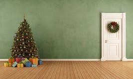 有圣诞树的老室 免版税图库摄影