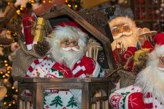 有圣诞灯的圣诞老人玩具在背景中 免版税库存图片