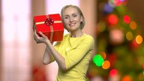 有圣诞礼物箱子的愉快的激动的妇女 股票录像