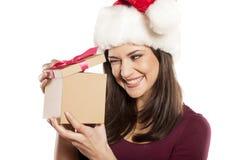 有圣诞老人帽子和礼物的妇女 库存照片