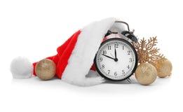 有圣诞老人帽子和装饰的闹钟在白色背景 christmas countdown 库存图片