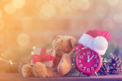 有圣诞老人帽子的减速火箭的闹钟有圣诞节神仙的Ligt 图库摄影