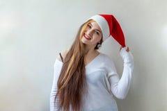 有圣诞老人帽子的圣诞节妇女 免版税库存照片