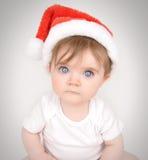 有圣诞老人帽子的圣诞节婴孩 免版税库存图片