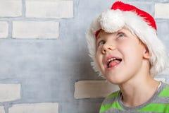 有圣诞老人帽子的小男孩 图库摄影