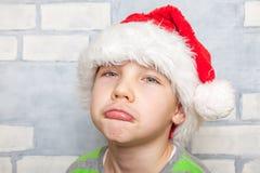 有圣诞老人帽子的小男孩 免版税库存图片