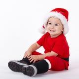 有圣诞老人帽子的小逗人喜爱的男孩 免版税库存照片
