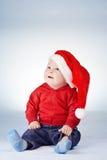 有圣诞老人帽子的逗人喜爱的小男孩 免版税库存照片