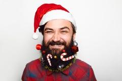 有圣诞老人帽子的年轻人 图库摄影
