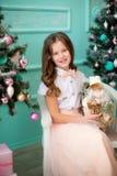 有圣诞老人玩具的小微笑的女孩 免版税库存图片