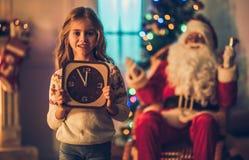 有圣诞老人的女孩 免版税库存照片