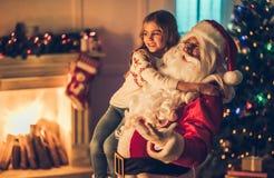 有圣诞老人的女孩 免版税图库摄影