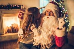 有圣诞老人的女孩 库存图片