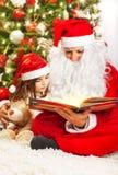 有圣诞老人的小女孩 免版税库存照片