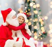 有圣诞老人的微笑的小女孩 库存图片