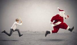 有圣诞老人的恼怒的孩子 免版税库存图片