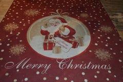 有圣诞老人的红色圣诞节地毯 库存照片