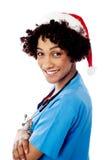 有圣诞老人盖帽的夫人医生 库存照片