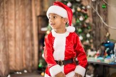 有圣诞老人衣服的男孩 免版税库存图片