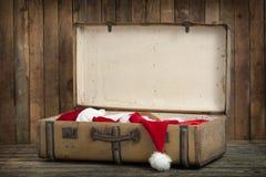 有圣诞老人衣裳的葡萄酒手提箱 免版税库存图片