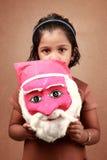 有圣诞老人面具的女孩 免版税库存照片