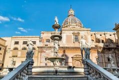 有圣诞老人Caterina圆顶的比勒陀利亚喷泉在背景中在巴勒莫,西西里岛 免版税库存图片