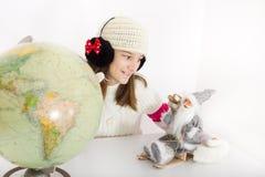有圣诞老人nad globus的女孩 免版税图库摄影