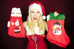 有圣诞节储存的美丽的圣诞节女孩 免版税库存照片