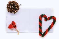 有圣诞节和新年装饰品和装饰的被打开的空白的笔记本 库存图片