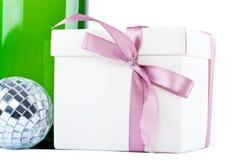 有圣诞节工具的当前配件箱 免版税库存照片