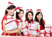 有圣诞节拿着礼物盒的圣诞老人帽子的愉快的滑稽的人 库存图片