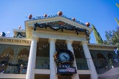 有圣诞节时钟的迪斯尼乐园万圣夜被困扰的议院 库存图片