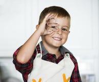 有圣诞节曲奇饼切削刀的逗人喜爱的男孩 图库摄影