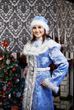 有圣诞节服装雪未婚的少妇 免版税图库摄影
