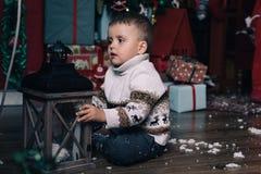 有圣诞节灯笼的男孩 库存图片