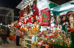 有圣诞节玩具和礼物的报亭。巴塞罗那 图库摄影