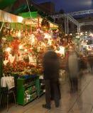 有圣诞节玩具和礼物的报亭在巴塞罗那,西班牙 库存照片