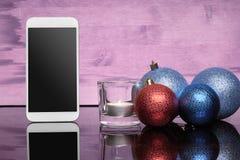 有圣诞节玩具和蜡烛的拨号电话 库存图片