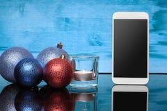有圣诞节玩具和蜡烛的拨号电话 库存照片