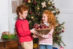 有圣诞节玩具的兄弟姐妹 免版税库存照片