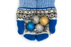 有圣诞节玩具的手套 圣诞节手套 免版税库存图片