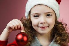 有圣诞节球的女孩 免版税库存照片